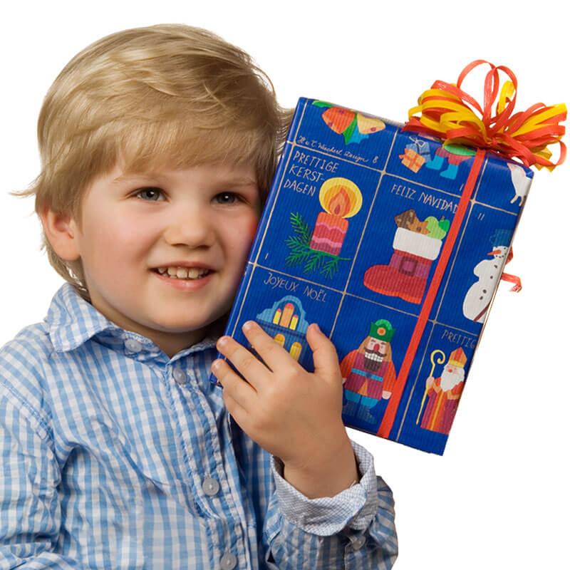 Kind mit Geschenkpäckchen